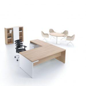 Kancelárska zostava nábytku MITO v svetlom prevedení so stolom, kontajnerom, skrinkou a rokovacím stolom.